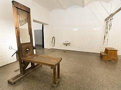 Popravčí místnost s gilotinou v tzv. Pankrácké sekyrárně.