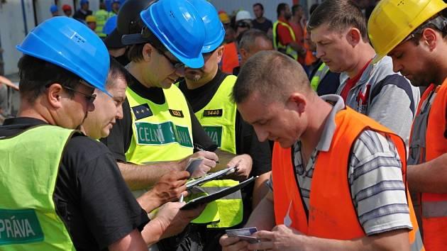 Celníci při kontrole na stavbě. Ilustrační foto.