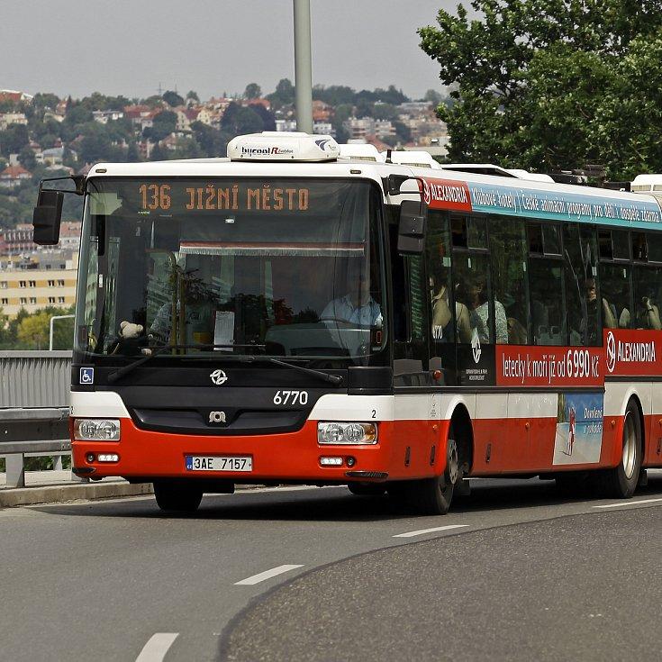 Autobusy a tramvaje v Praze.