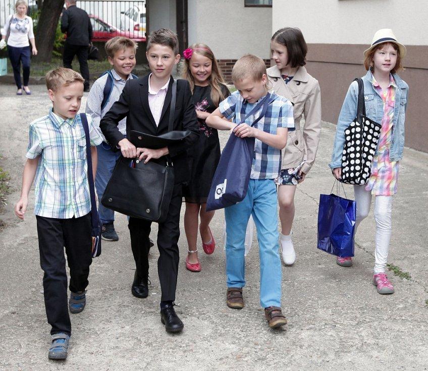 Konec školního roku a rozdávání vysvědčení žákům ze třídy I. A na Základní škole Jarov v Praze 3.