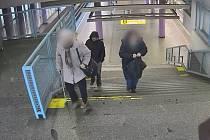 Zloděj ukradl žene kabelku v konečné stanici metra Zličín.
