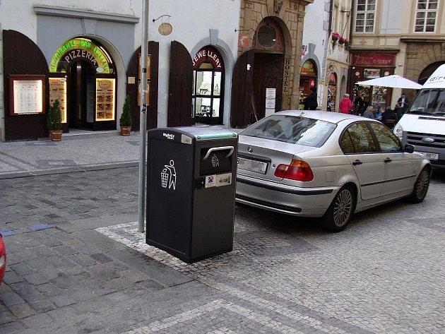 Osm inteligentních popelnic rozmístila Praha 1 do několika ulic na svém území.