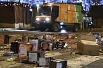 Úklidový vůz Pražských služeb uklízí 1. ledna 2020 nad ránem na Václavském náměstí v Praze nepořádek, který tam zanechali lidé po silvestrovských oslavách.