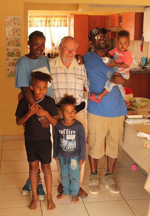 Setkání po trenéra Jaroslava Neužila s jeho namibijskými dětmi po třiceti letech ve Walvis Bay v Namibii.