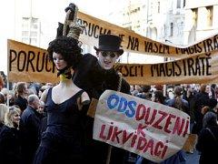 ZA PRAHU KULTURNÍ. Petici už podepsalo na 13,5 tisíc občanů, dnes ráno ji před pražský magistrát přišla podpořit asi pětistovka umělců.