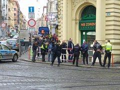 Tři mladší muže, ozbrojené noži, museli před vchodem lékárny pacifikovat policisté