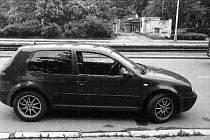Zadržené vozidlo značky VW Golf, ve kterém byla manželská dvojice zadržena.