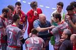 Porada. Co asi říká trenér Tomáš Pomr svým svěřencům? Nejspíše, aby hráli agresivně a nebáli se favorita.
