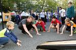 Děti cvičí na novém hřišti v Petrovicích.