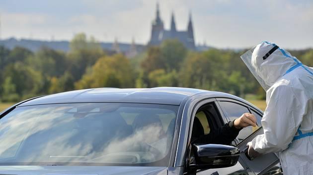 Drive-in volby do Senátu v Praze.