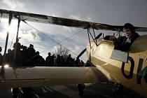 VZHŮRU K OBLAKŮM. C-104 Bücker-Jungmann je připravený složit zkoušky a opět létat.