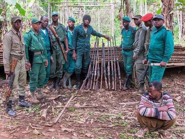 Výrobce zbraní, jehož produkty pomáhaly plundrovat biosférickou rezervaci Dja v jižním Kamerunu, se sice podařilo dopadnout (na snímku v popředí) - to ale pytláky nezastaví. Potřebná by byla účinnější opatření…