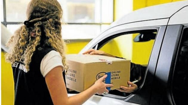 Donáška nákupu do auta. Ilustrační foto.