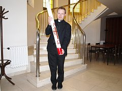 Michal Němeček stojí v dejvickém Kostele u svatého Vojtěcha a v ruce drží takzvaný paškál. Jde o velikonoční svíci, která se žehná.