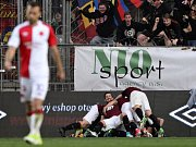 Utkání 22. kola první fotbalové ligy SK Slavia Praha - AC Sparta Praha, 2. dubna v Praze. Hráči Sparty se radují z prvního gólu.