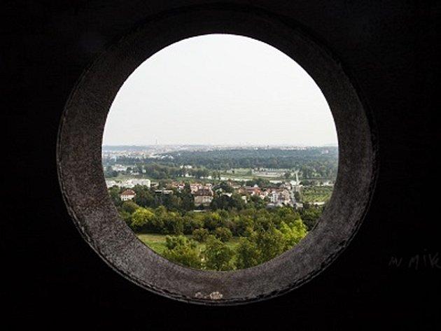 Praha, jak ji vidí návštěvník z vršku desetimetrové ocelové skulptury v areálu botanické zahrady.