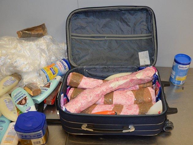 Ruzyňští celníci zabránili nelegálnímu vývozu sloních klů.