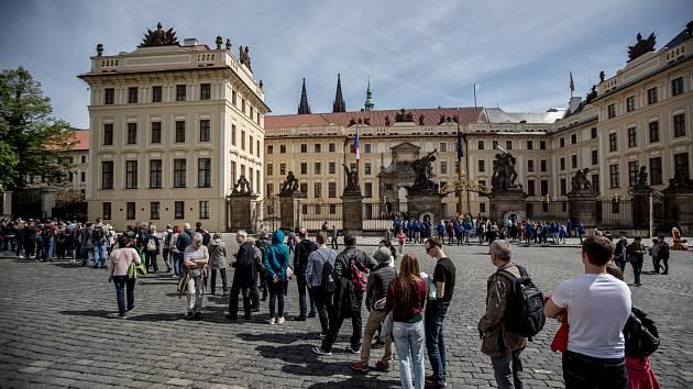 Fronty turistů před Pražským hradem dopoledne 3. května. Na snímku vstup přes Hradčanské náměstí.