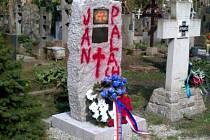 """Kontroverzní pomník na pražských Olšanských hřbitovech oslavující sovětské internacionalisty někdo postříkal sprejem. Červeně na něj napsal """"Jan Palach"""" a pod nápis nakreslil kříž."""