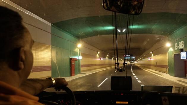 Tunel Blanka je mezi řidiči stále oblíbenější, chybějící návazné komunikace způsobují dopravní komplikace v okolí.
