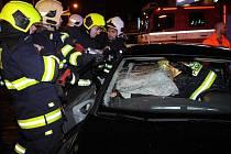 Nehoda dvou osobních automobilů na světelné křižovatce frekventovaných ulic Vinohradská a Želivského v Praze 3.
