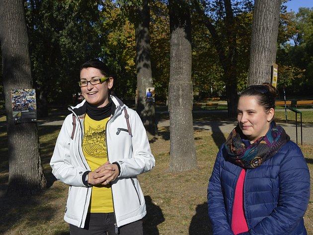 Radní Anna Kroutil a Jana Pešlová (zleva) při zahájení výstavy fotografií s informacemi o pěstování kávy.