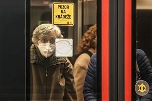Respirátory v pražském metru. Ilustrační foto.