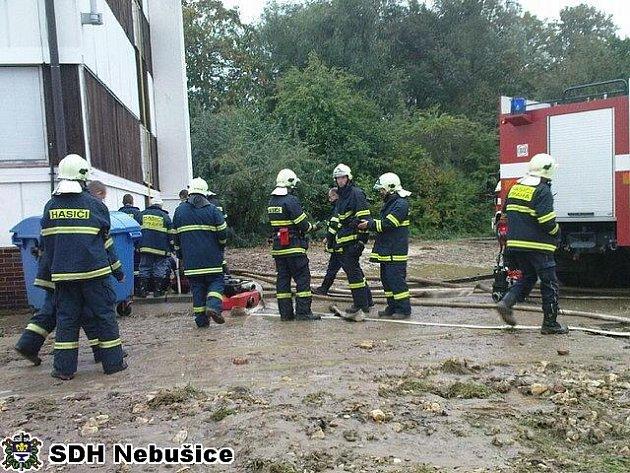 ZÁSAH. Voda z metrové trubky zaplavila a podemlela dům.