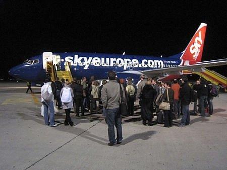 Cestující nastupují 4. listopadu v Bratislavě do letadla nízkonákladových aerolinií SkyEurope na lince z Bratislavy do Prahy, které bylo víc jak dvě hodiny zpožděné oproti pravidelnému odletu.
