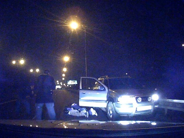 Mladík pod vlivem drog ujížděl v Praze policii. Auto následně havarovalo