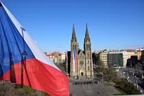 Na kostele svaté Ludmily a na náměstí Míru zavlály české vlajky.