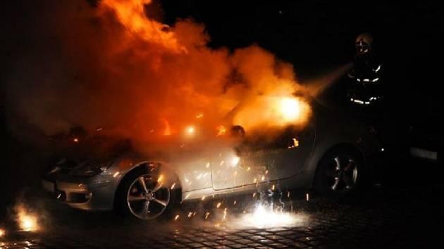 To, že příčinou požáru kabrioletu Mercedes-Benz třídy SLK, který pražští hasiči likvidovali v sobotu v noci, bylo úmyslné zapálení, zveřejnila v úterý mluvčí pražských hasičů Pavlína Adamcová.