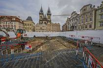 Pracovníci Národního památkového ústavu provedli na pražském Staroměstském náměstí archeologický výzkum před stavbou repliky mariánského sloupu.