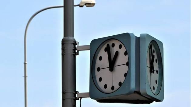 Modré hodiny typu Pulkrabek.