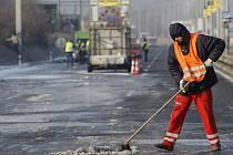 Pracovníci technických služeb odklízeli 3. února vrstvu ledu z pražské Jižní spojky po havárii vody.