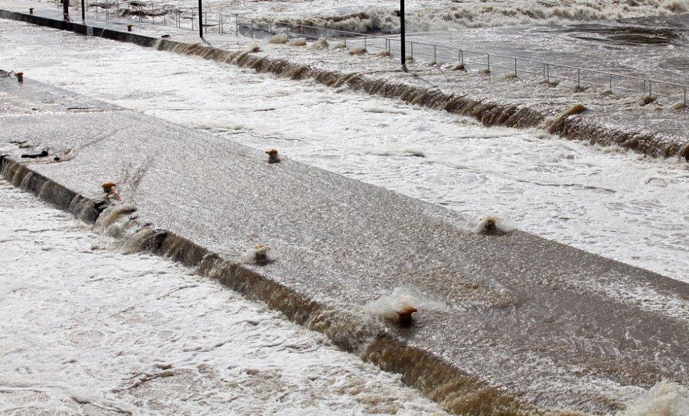 Povodně v Praze v úterý 4. června. Pohled z Hlávkova mostu.