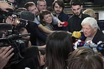 Primátorka Adriana Krnáčová předala na Staroměstské radnici klíč od Prahy Jiřímu Bradymu.
