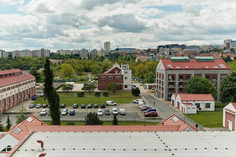Areál Pražské Plynárenské v Michli. Z elektřiny ze solárních panelů se tu bude elektrolýzou vyrábět vodík pro autobusy a auta.