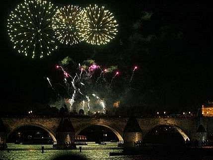 Ohňostroj nad jednou z nejvýznamnějších památek Prahy.