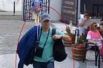 Hledaný muž podezřelý z krádeže tašky v zahradní restauraci.