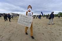 Předseda spolku Milion chvilek Mikuláš Minář přišel s transparentem 29. dubna 2020 do Letenských sadů v Praze protestovat proti tomu, jak vláda postupuje a komunikuje v době koronaviru.