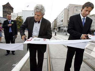V Praze byl dne 21. srpna 2007 po rekonstrukci znovu otevřen za účasti primátora Prahy Pavla Béma (na snímku vpravo) Štefánikův most.