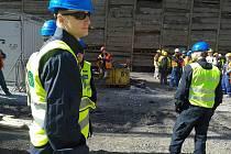 Během kontrolní akce, kdy celníci uzavřeli celý areál stavby, kde pracovalo několik subdodavatelských firem, bylo zkontrolováno celkem 56 osob, přičemž u naprosté většiny osob bylo zjištěno porušení zákona.