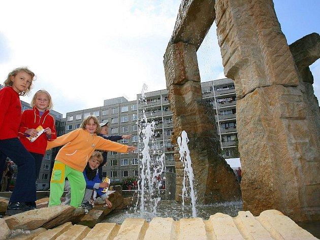 MAJÍ PŘESNÉ PŘEDSTAVY. Obyvatelé Velké Ohrady chtějí žít v pěkném prostředí, které bude v budoucnu dostupné i metrem. V roce 2003 byla opravena místní fontána.