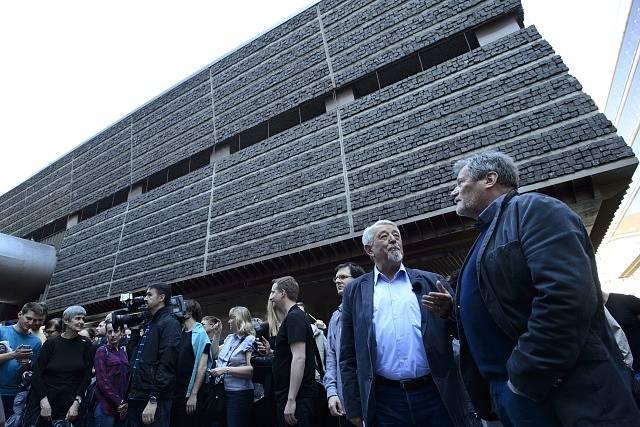 Lidé si prohlížejí budovy při komentované prohlídce areálu Transgasu