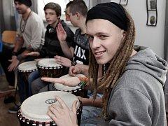 Skupinové bubnování, jako prevence a podpora týmové spolupráce v Dětském domě se školou Praha 2 pro obtížně vychovatelné děti. Bubenický workshop s dětmi vedl známý umělec Tokhi.