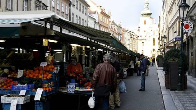 Necelá stovka stánků je součástí Havelské tržnice. Podle provozovatele dostávají obchodníci nabízející potraviny přednost před kolegy se suvenýry.