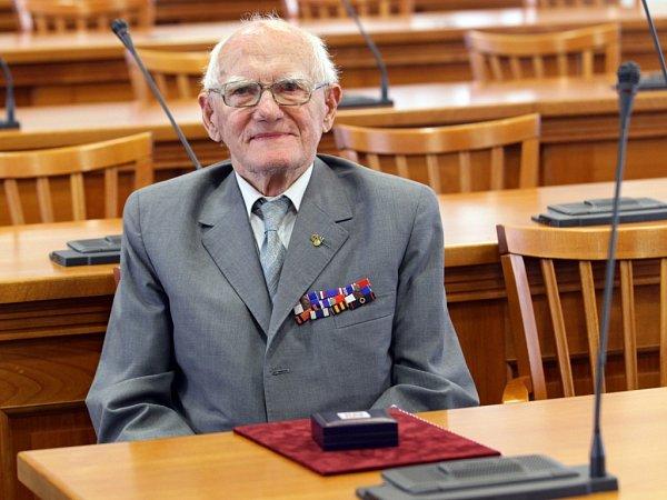 Hejtman Miloš Petera ocenil válečné veterány ze Středočeského kraje. Na snímku Evžen Vondráček.