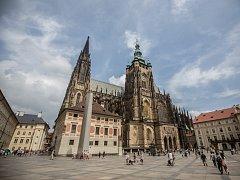 Svatovítská katedrála je jednou z hlavních pražských památek, která do metropole pomáhá lákat miliony turistů.