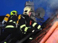 Požár dvou střech k sobě přiléhajících rodinných domů v ulici Pod Vyšehradem v Praze 4.